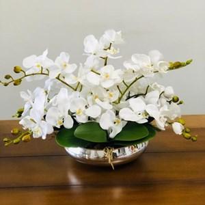 Arranjo de orquídeas em vaso prata espelhado